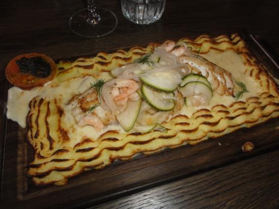 Senapsmarinerad gös på planka med duchessepotatis citronsyltade grönsaker, handskalade räkor och vittvinssås