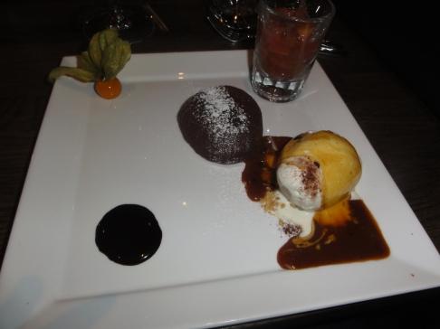 Chokladfondant med gammaldags vaniljglass, rabarber och varm kolasås