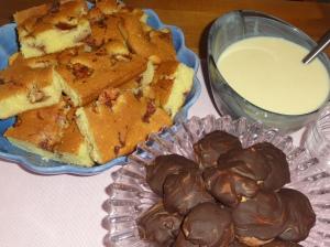 Serverade även en äppelkaka med vaniljsås.
